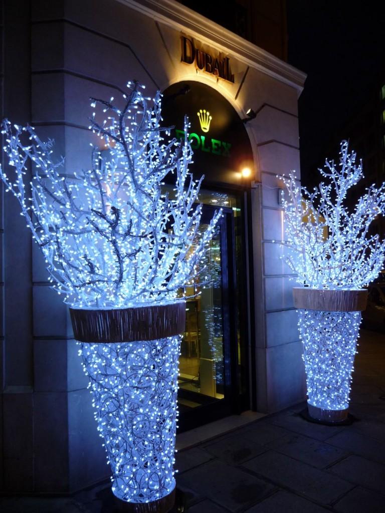 Branchages lumineux à l'entrée de la boutique Dubail, rue François 1er (Paris 8ème), décembre 2009, photo Alain Delavie