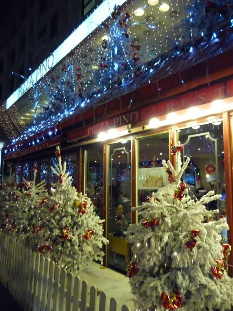 Décorations de Noël sur la vitrine du restaurant Pizza Bruno, avenue des Champs-Élysées (Paris 8ème), décembre 2009, photo Alain Delavie