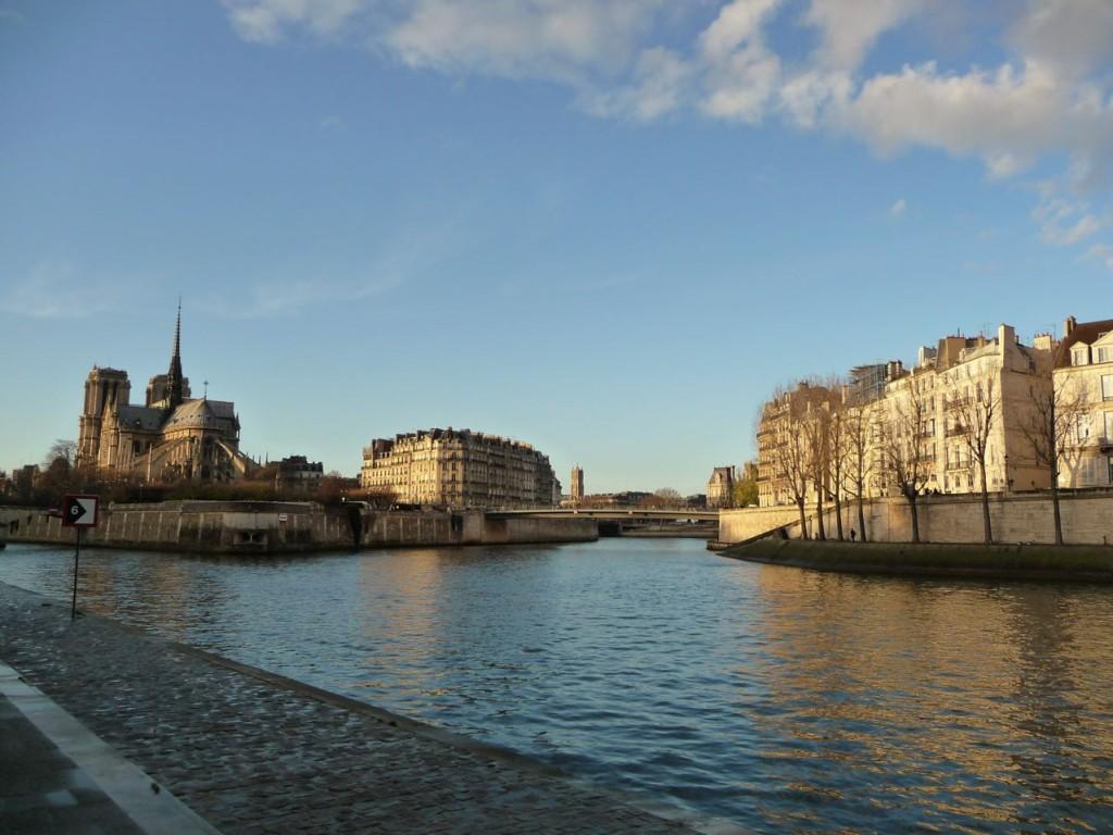 La Seine, l'Île-de-la-Cité et Nôtre-Dame, l'Île Saint-Louis, au fond la Tour Saint-Jacques et l'Hôtel de Ville (Paris, 75), décembre 2009, photo Alain Delavie
