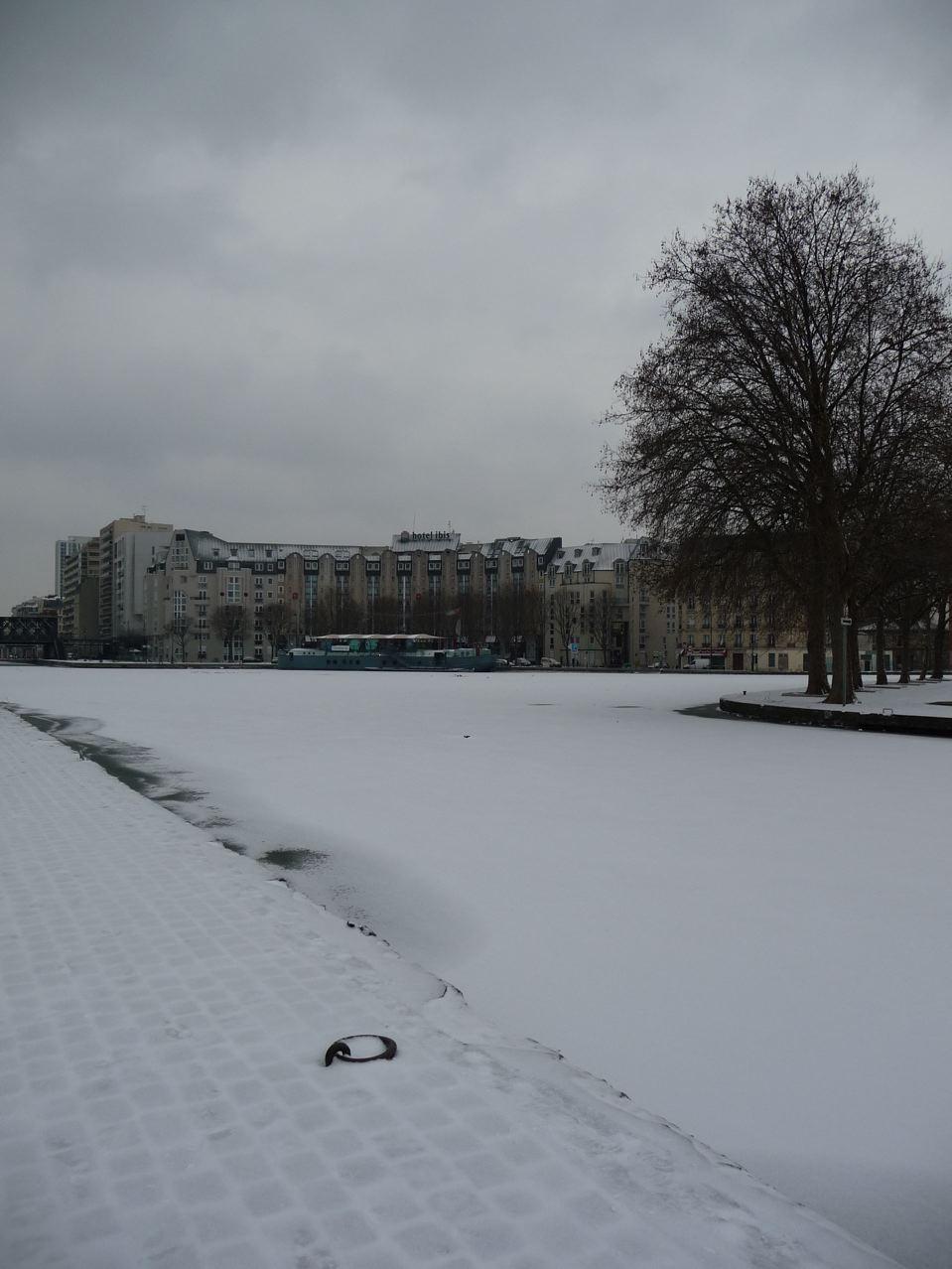 Paris en hiver sous la neige et la glace