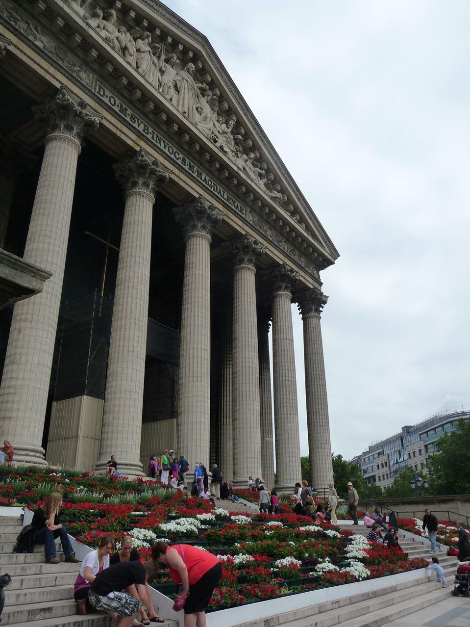 Escalier fleuri de l'église de la Madeleine à Paris (75)