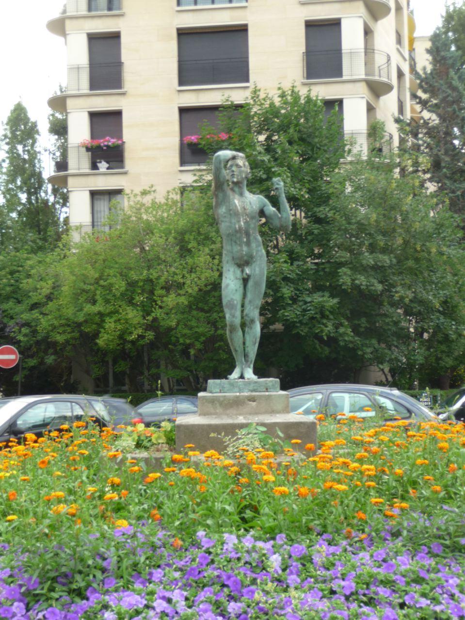 Rond-point fleuri dans Paris