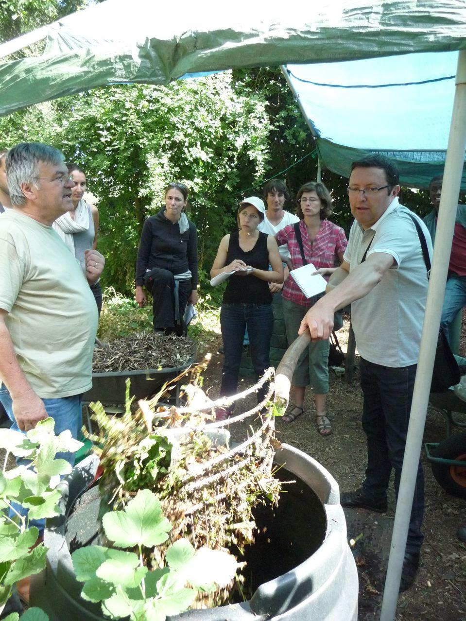 Recyclage des déchets organiques ménagers : préparation d'un fût à compost