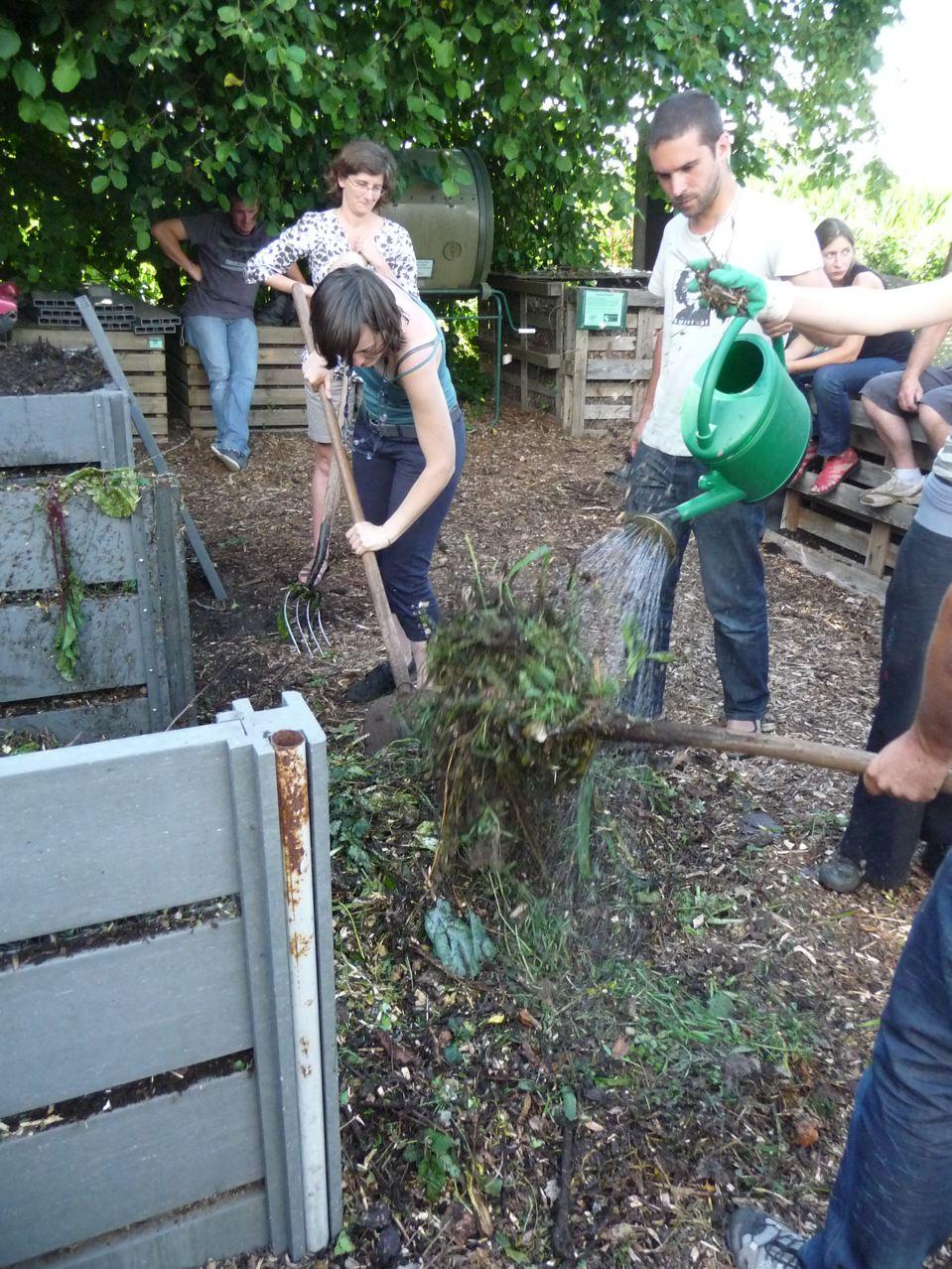 Recyclage des déchets verts du jardin : préparation d'un silo à compost