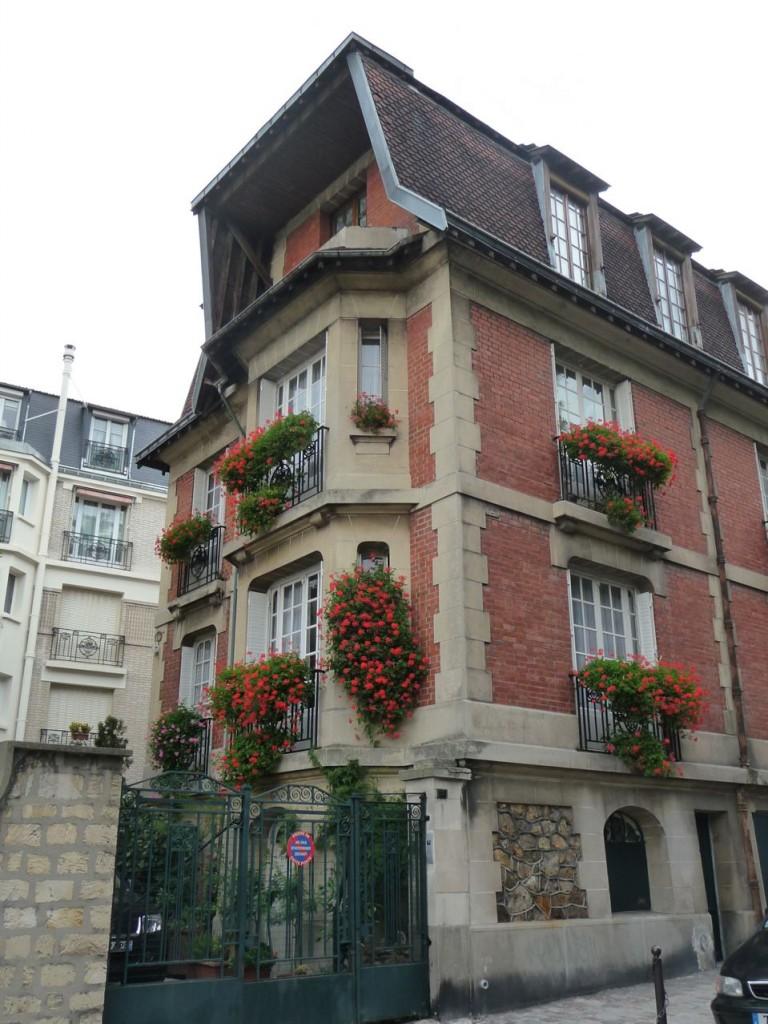 Fenêtres et balcons fleuris dans Paris