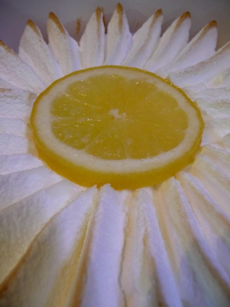 Tarte au citron meringuée en forme de marguerite