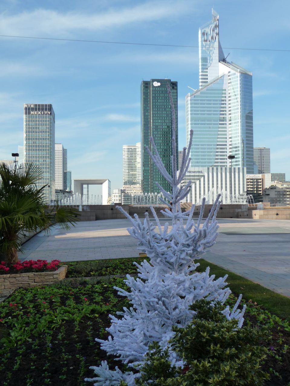 Décoration de Noël dans Neuilly-sur-Seine (92) avec les grandes tours de la Défense en arrière-plan