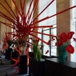 Bouquets d'anthuriums rouges dans des vases Daum
