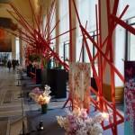 Installation de kimonos et de bouquets d'orchidées