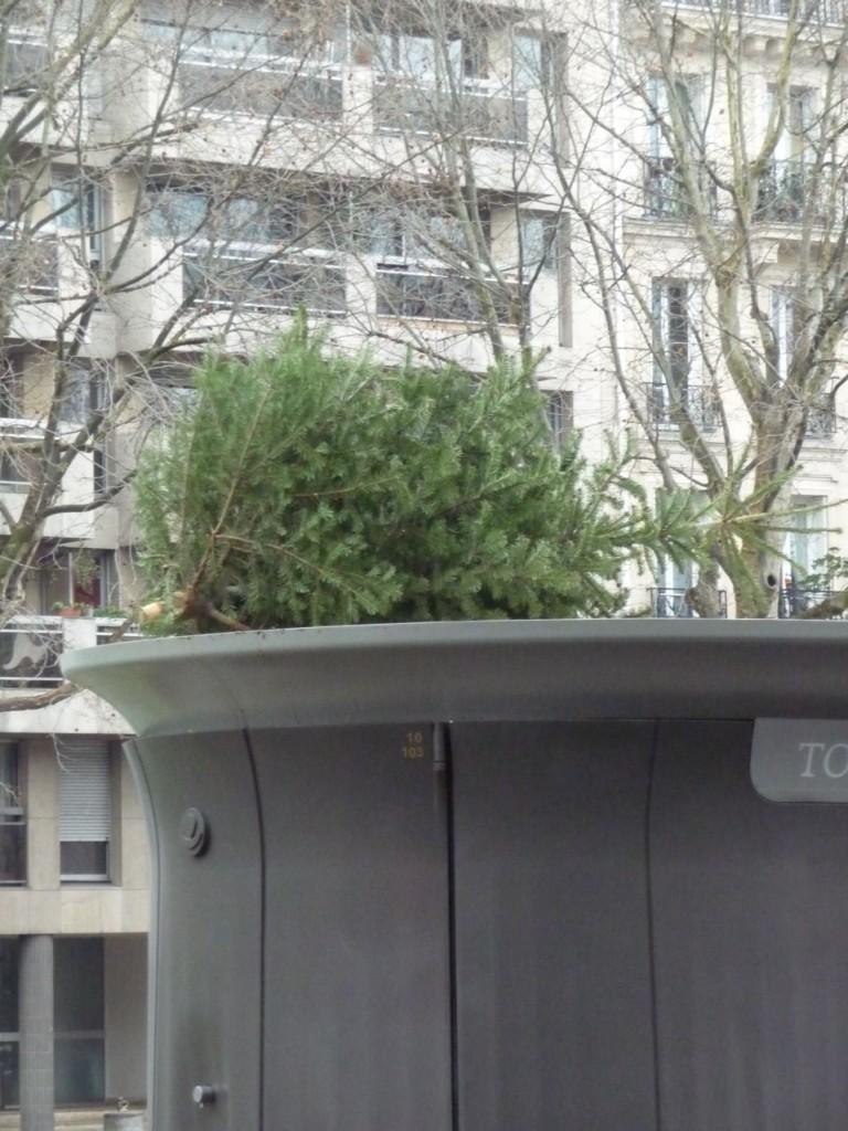 Ordures et détritus sur la voie publique dans Paris