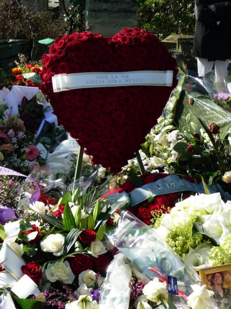 La tombe très fleurie d'Annie Girardot, quelques jours après l'enterrement