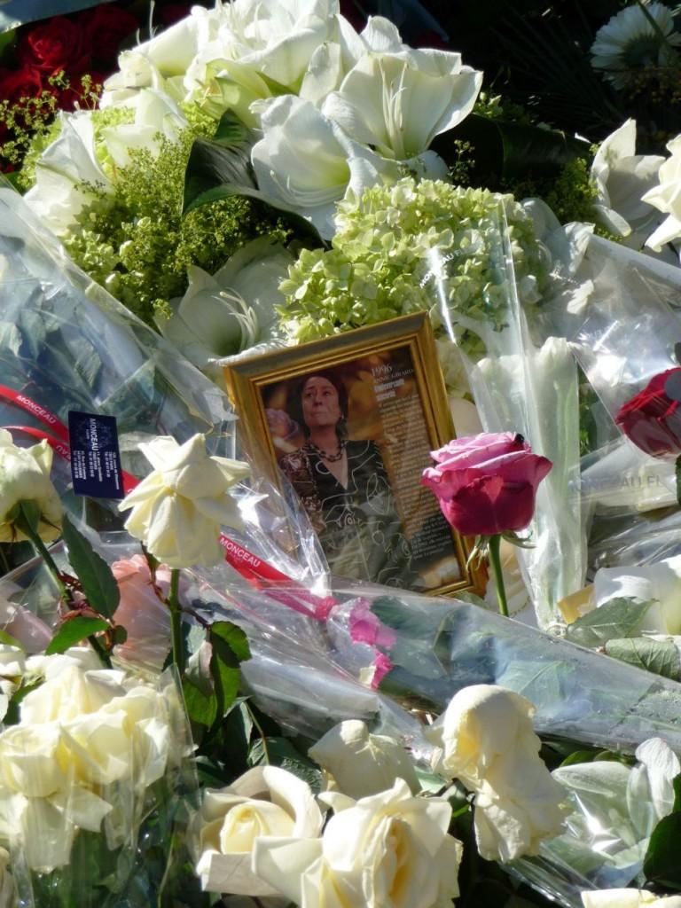 Tombe très fleurie d'Annie Girardot, quelques jours après l'enterrement
