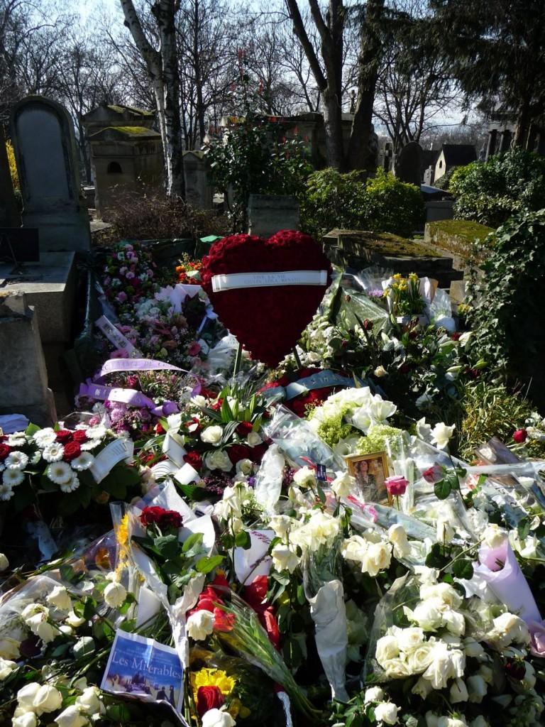 Tombe très fleurie d'Annie Girardot quelques jours après l'enterrement