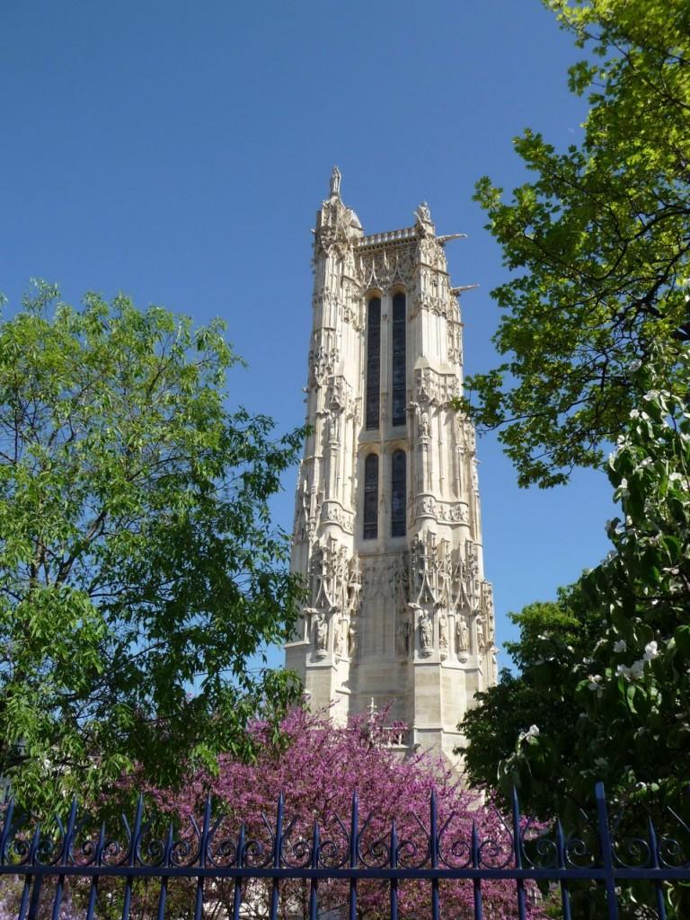 Belle journée printanière dans le square de la Tour Saint-Jacques