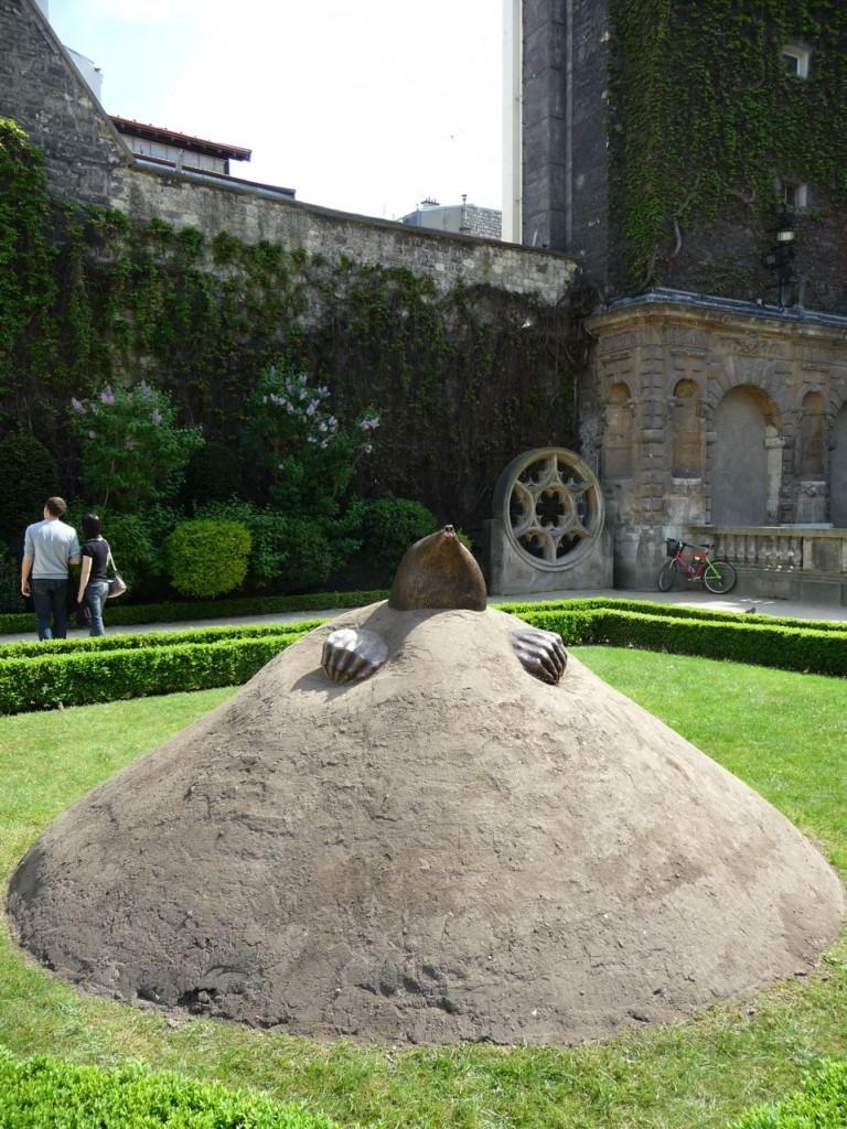 Art contemporain dans le jardin de l'Hôtel de Sully