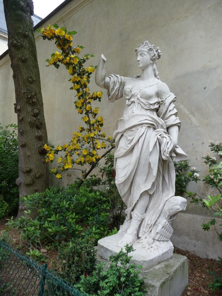 """Statue """"Femme debout"""" dans le square Léopold Achille"""