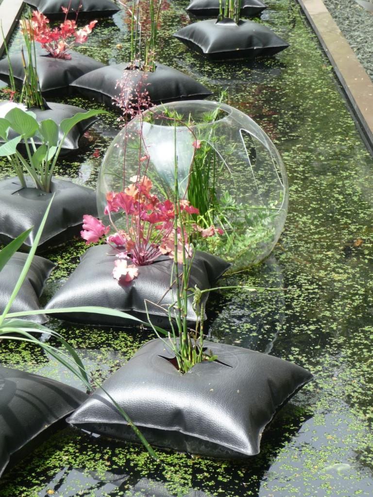 Prêle et heuchère dans un Green Pillow, création Alexis Tricoire / Agence Art Terre, Jardins Jardin 2011, Jardin des Tuileries, Paris 1er (75)