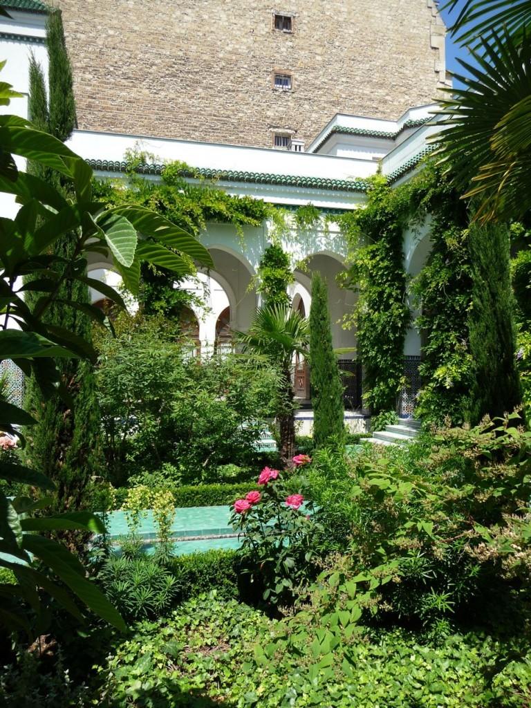 Cour d'honneur et jardin à l'Andalouse de la Grande Mosquée, Paris 5e (75)