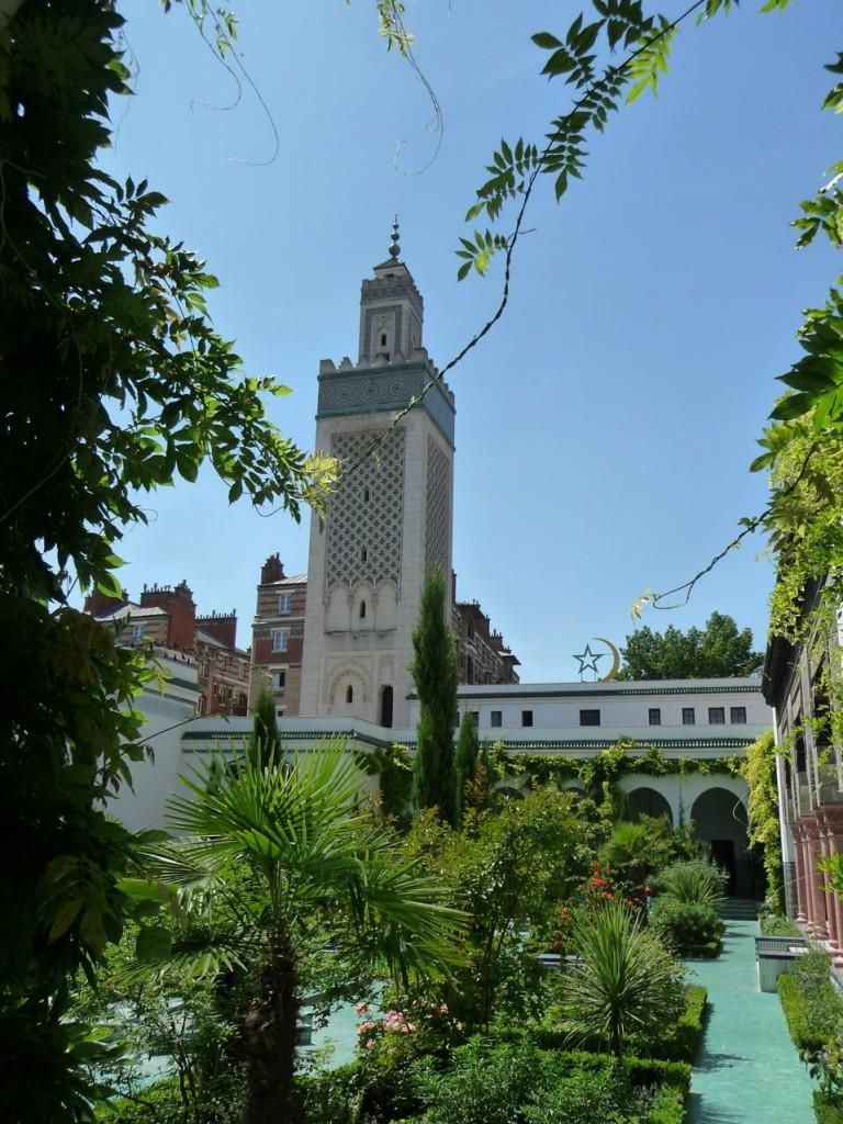 Le minaret vu du jardin à l'Andalouse de la Grande Mosquée, Paris 5e (75)