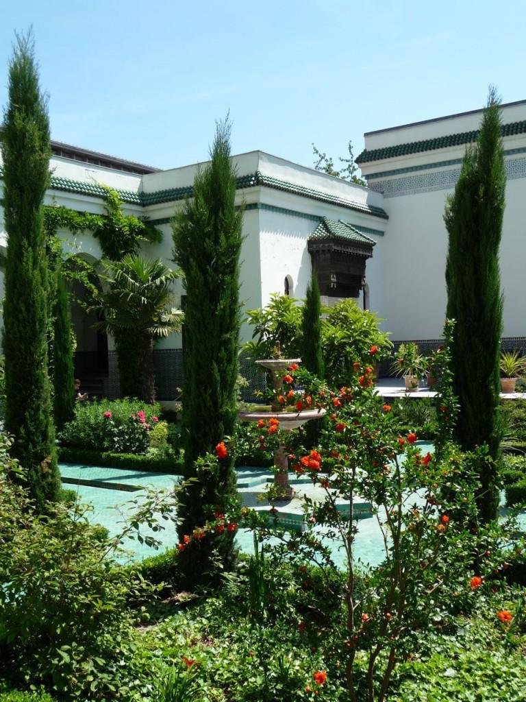 Cyprès et fontaine dans la cour d'honneur et le jardin à l'Andalouse de la Grande Mosquée, Paris 5e (75)