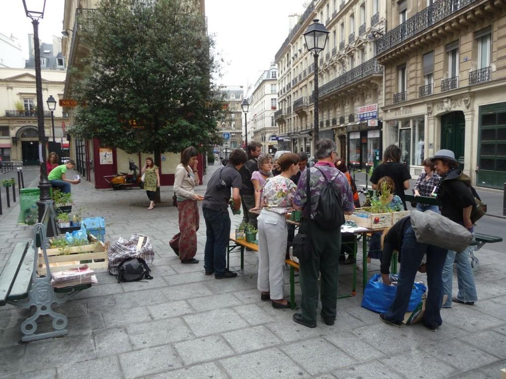 La préparation des poches à plantes pour Potogreen, Métro Quatre-Septembre, Paris 2e (75)