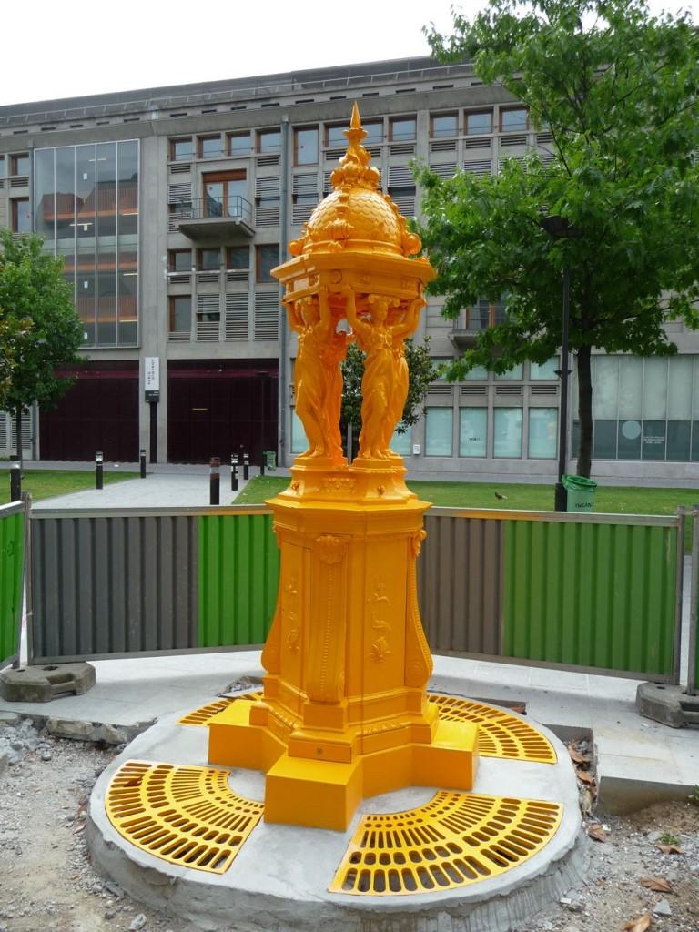 Fontaine Wallace peinte en jaune, Esplanade Pierre Vidal-Naquet, Paris 13e (75)