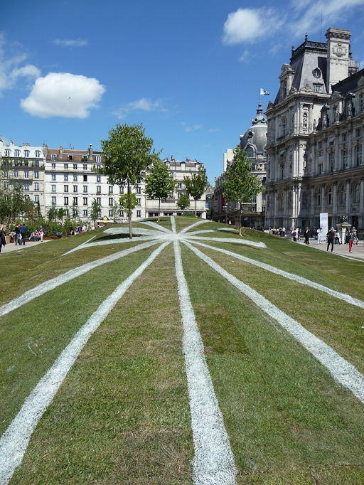 Anamorphose (création François Abenalet) du jardin éphémère installé sur le parvis de l'Hôtel de Ville de Paris, Paris 4e (75)