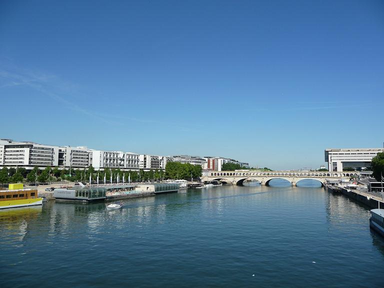 La Seine vue depuis la passerelle Simone de Beauvoir à Paris (75)