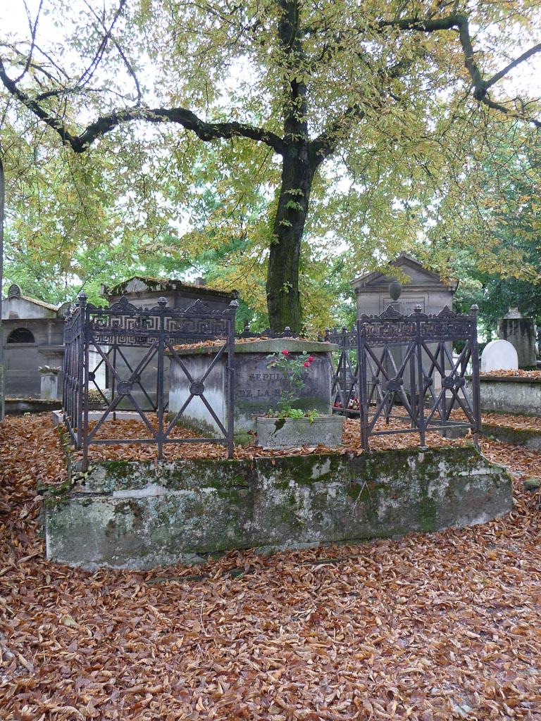 Chute des feuilles des marronniers en été dans le Cimetière du Père Lachaise, Paris 20e (75)