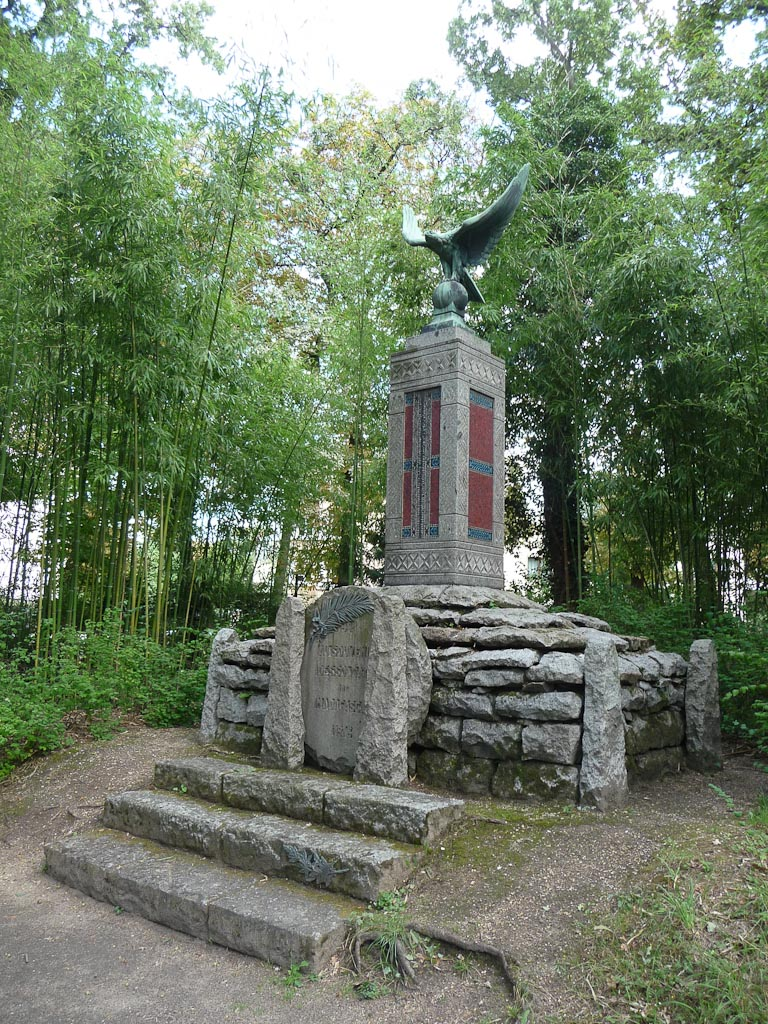 Monument aux morts en souvenir des soldats de Madagascar tués pendant la guerre de 1914-1918, le jardin d'agronomie tropicale, Bois de Vincennes, Paris 12e (75)