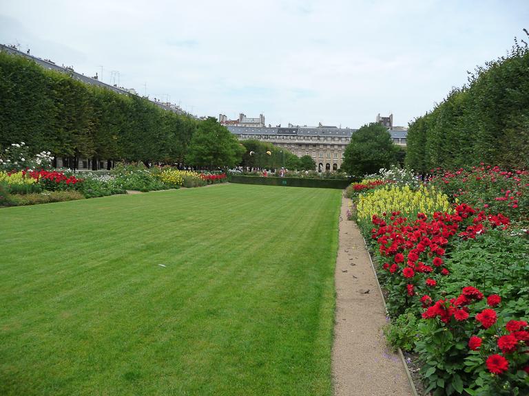 Pelouse et plate-bande fleurie du jardin du Palais-Royal, Paris 1er (75)