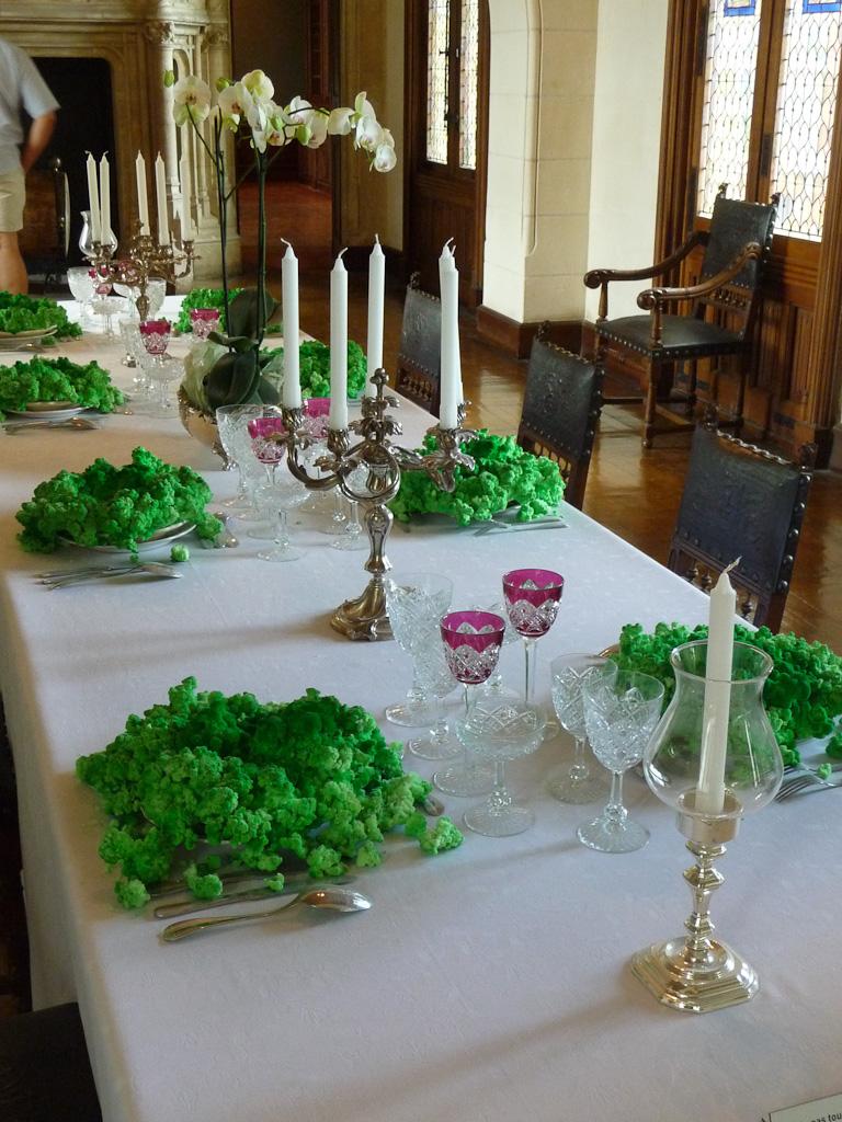 """""""La soupe verte"""" par Gerda Steiner et Jörg Lenzlinger, art contemporain dans la salle à manger du château, Domaine de Chaumont-sur-Loire (41), juillet 2011, photo Alain Delavie"""