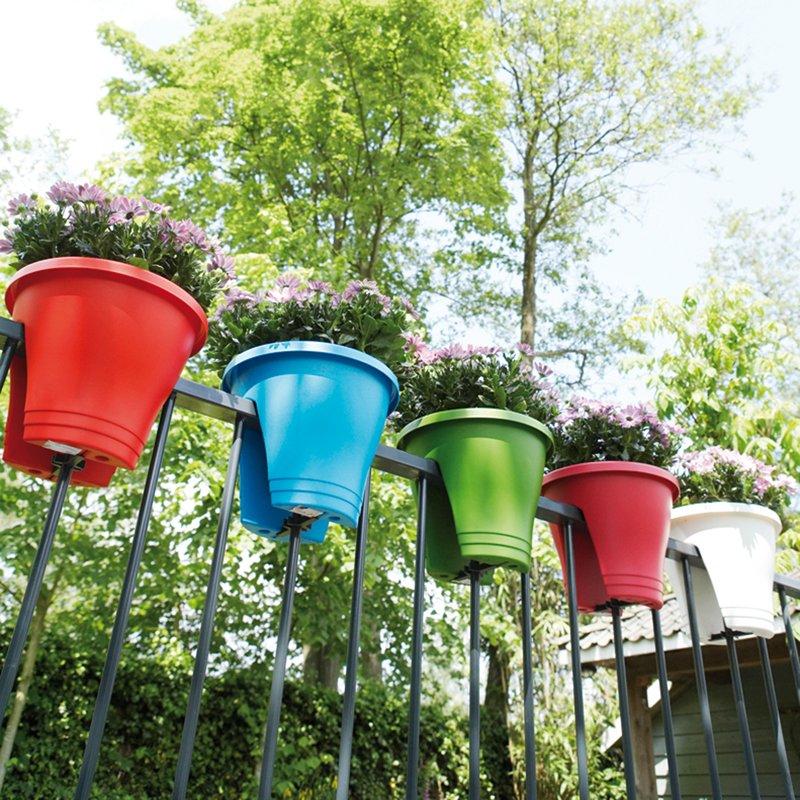 Pots Corsica Flower Bridge (marque Elho) sur une rambarde de balcon